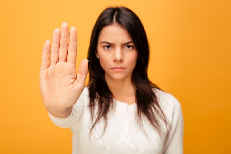 キャバ嬢の「ストーカー」になりやすい「危険なお客さん」の特徴5つと対処法